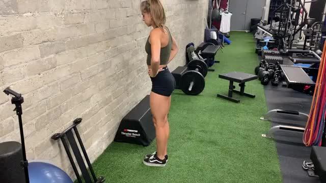 Female Bodyweight Reverse Lunge demonstration
