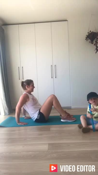Female Tricep Dips with Hip Raise demonstration
