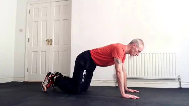 Male Kneeling Superman With Cross-Body Crunch demonstration