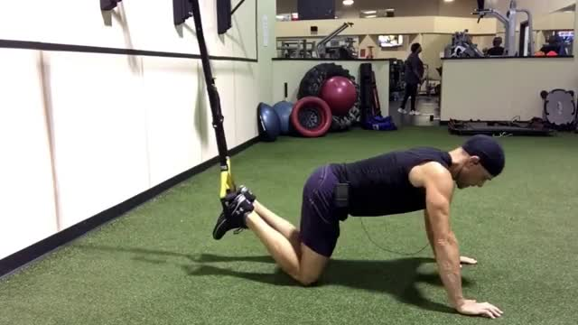 Male Suspension Oblique Knee Tucks demonstration