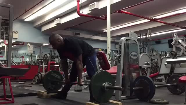 Male Barbell Sumo Block Pull demonstration