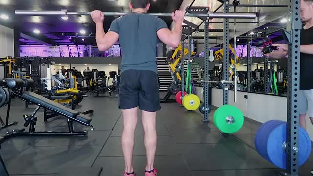 Barbell Walking Lunge demonstration