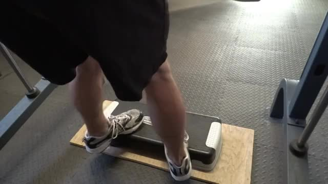 Male Toes In Smith Machine Calf Raise demonstration