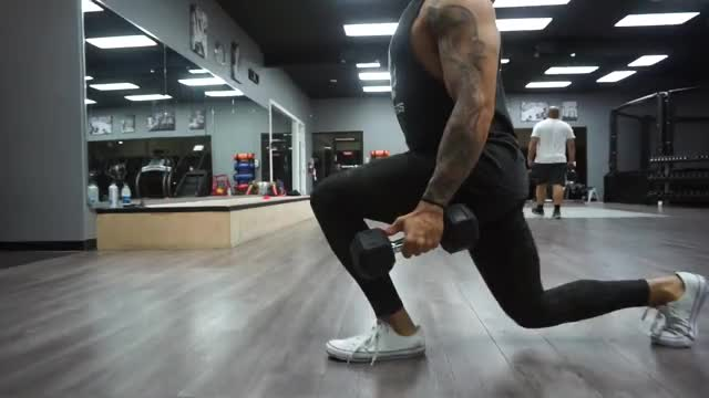 Male Seesaw Lunge With Dumbbells demonstration