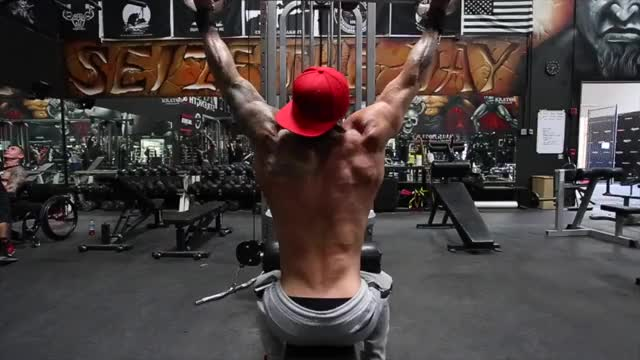 Male Cable Parallel Grip Pulldown demonstration