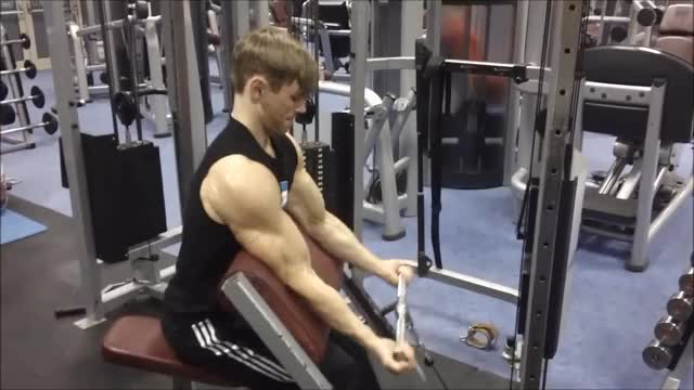 Male Low Pulley Scott Bench Curl demonstration