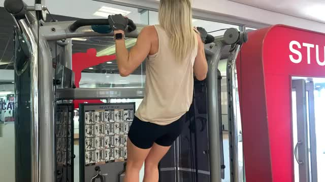 Female Double Pause Pull Up demonstration