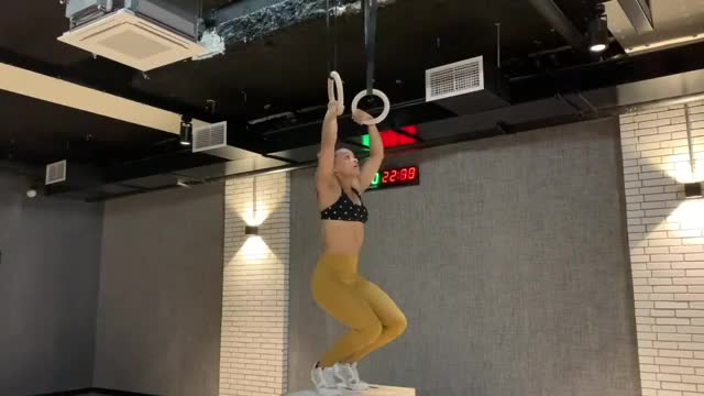 Female Suspended Muscle-up demonstration