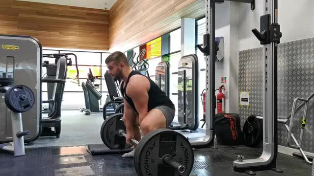 Paused Sumo Deadlift demonstration